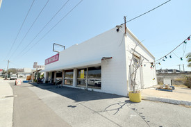 :: Dawson Highway Frontage - Iconic Location - High Profile Showroom - Multi Purpose